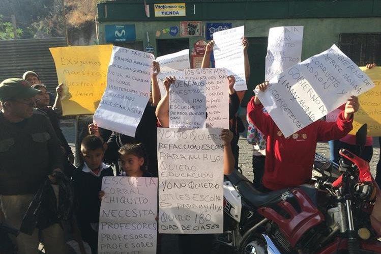 Padres de familia y estudiantes de la Escuela César Julio Mérida Vásquez, Huehuetenango, exigen la contratación de maestros. (Foto Prensa Libre: Mike Castillo)