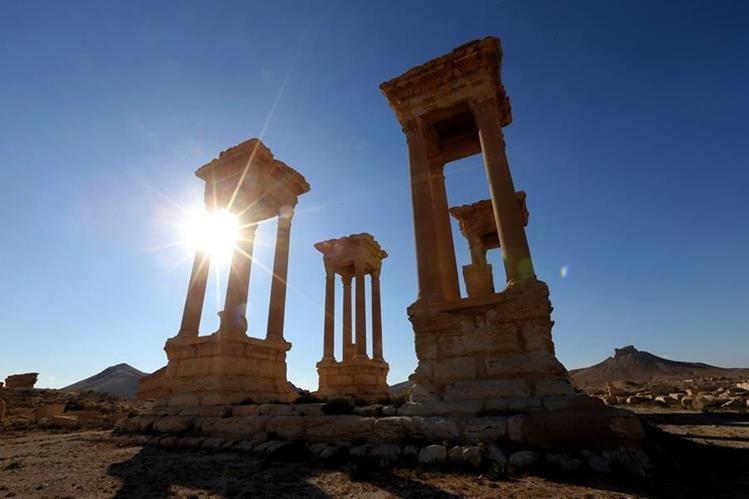 Los rayos del sol se cuelan en uno de los monumentos de Palmira, antigua ciudad siria. (Foto Prensa Libre: AFP).