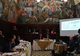 Comisión pesquisidora escucha al representante del Presidente. (Foto Prensa Libre: Óscar Rivas)