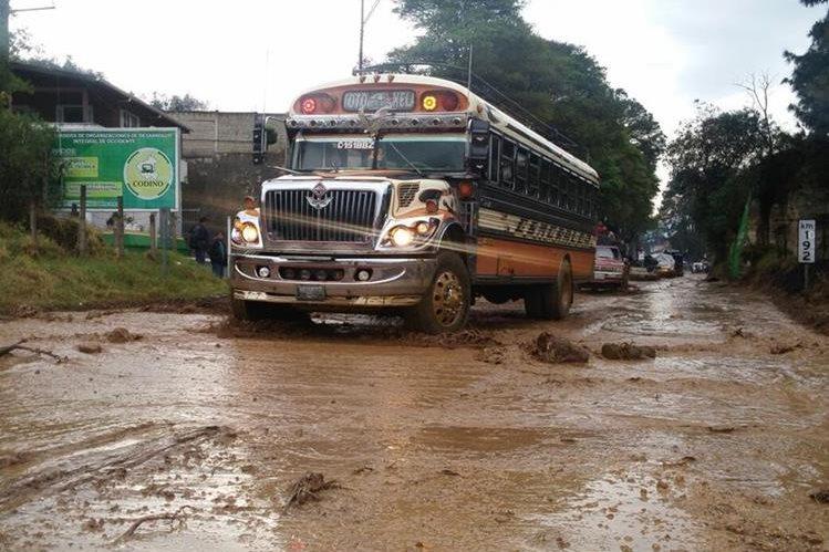 Un autobús pasa por tramo anegado por el río Samalá, en Totonicapán. (Foto Prensa Libre: Édgar Domínguez)