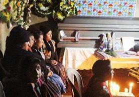La familia de Carlos Sánchez, quien fue ultimado en Estados Unidos, vela el cuerpo de su pariente, a quien sepultarán este martes en Concepción Chiquirichapa. (Foto Prensa Libre: Carlos Ventura)