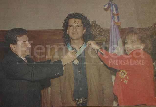 Ricardo Arjona es condecorado con la orden Rafael Álvarez Ovalle por el presidente Ramiro de León Carpio y su esposa Eugenia de De León, el 7 de diciembre de 1993. (Foto: Hemeroteca PL)