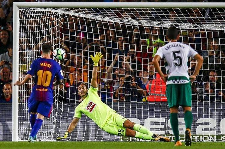 El penalti de Messi supera al portero Marko Dmitrovic.