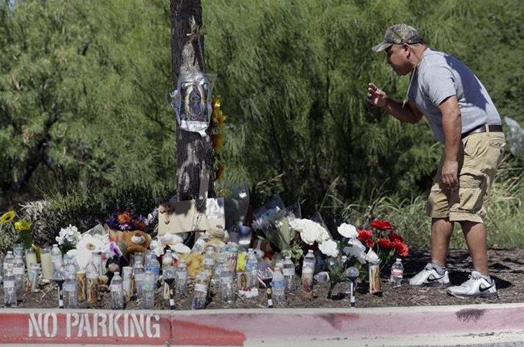 Rogelio Hernández visita el lugar improvisado para recordar a las vítimas muertas en un camión.(AP).