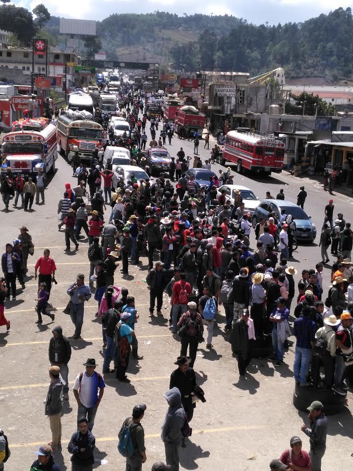 En Los Encuentros, Sololá, pobladores impidieron el paso de vehículos por varias horas. (Foto Prensa Libre: Ángel Julajuj)