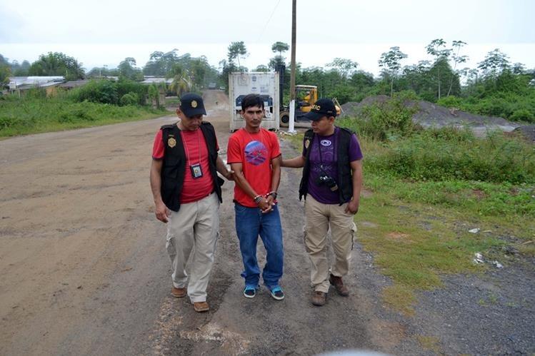 Ever Manuel Aldana Ramos fue capturado en Puerto Barrios, Izabal, sindicado de robo. (Foto Prensa Libre: Edwin Perdomo).