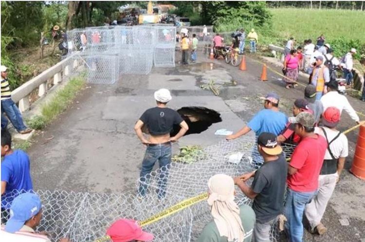 Debido a la fuerte lluvia, gran parte de la red vial está deteriorada. Sobre el puente Cameya, en el km 166 de la ruta al Suroccidente, Mazatenango, Suchitepéquez, se formó un agujero. (Foto Hemeroteca PL)