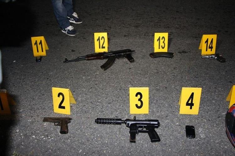 Armas localizadas en vehículo, en Santa Rosa. (Foto Prensa Libre: PNC)