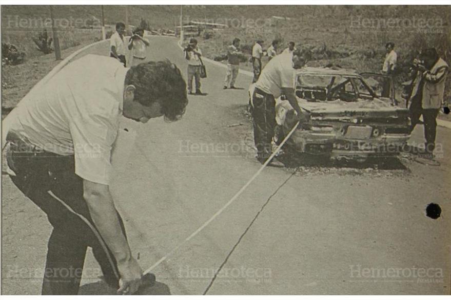 Agentes del Gabinete de Identificación de la Policía Nacional (PN) realizan peritaje en el vehículo quemado. ( Foto: Hemeroteca PL)
