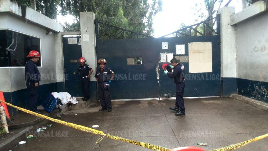 Según la Policía la víctima esperaba el momento para ingresar al penal y visitar a un reo cuando fue atacado. (Foto Prensa Libre: É. Ávila)