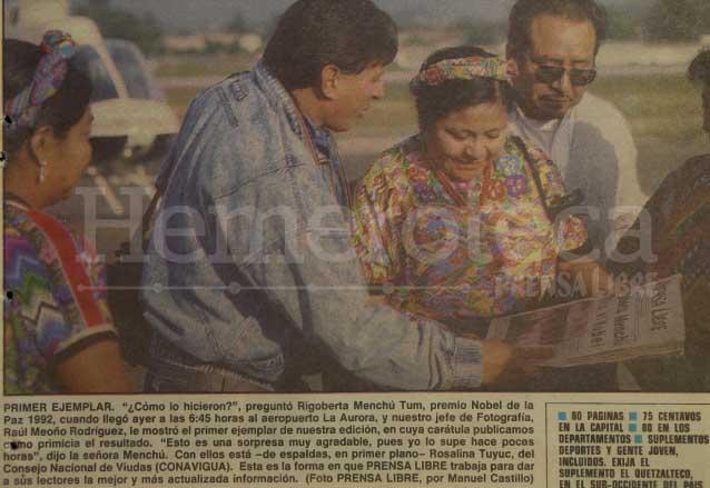 Rigoberta Menchú observa la portada de PL donde se dio en primicia su designación como Premio Nobel de la Paz el 16 de octubre de 1992. (Foto: Hemeroteca PL)