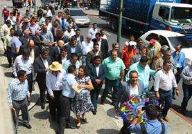 Varios alcaldes se dirigen a la Casa Presidencial, donde sostuvieron una reunión con el gobernante Jimmy Morales. (Foto Prensa Libre: Álvaro Interiano)
