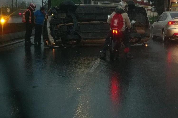 Vehículo volcó en kilómetro 10.5 de Ruta a El Salvador, en ingreso a la ciudad. (Foto Prensa Libre: Amílcar Montejo)
