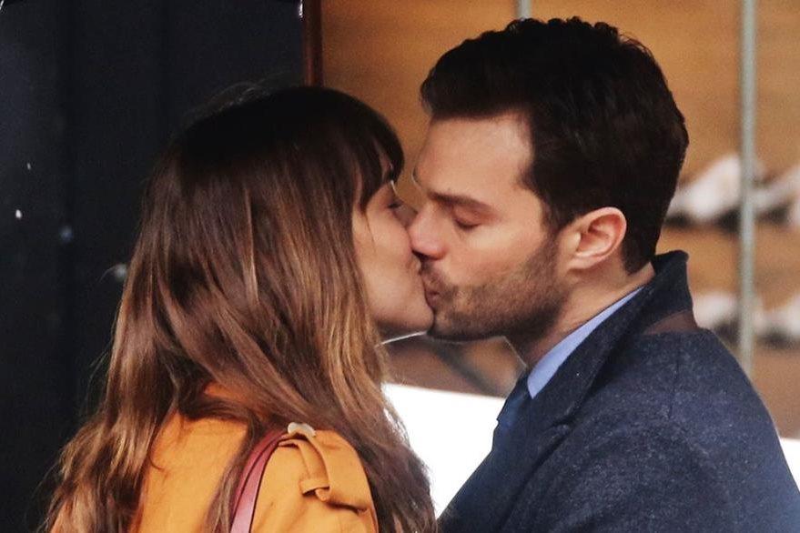 """El beso entre Dakota Johnson y Jamie Dornan, en la película """"50 sombras de Grey"""". (Foto Prensa Libre: Hemeroteca PL)"""