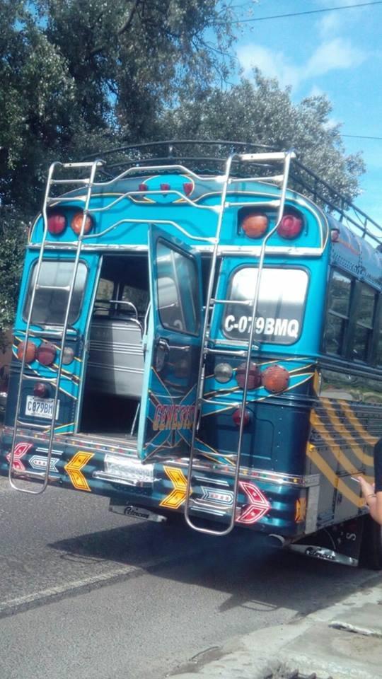 La unidad de los transportes Génesis detuvo la marcha para que todos los pasajeros descendieran.  (Foto tomada del video)