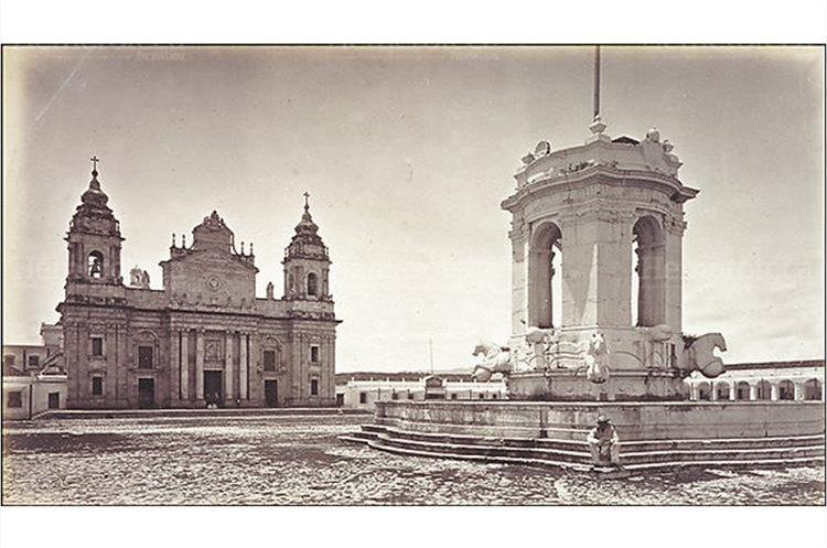 La Plaza Mayor a finales del siglo XIX nótese la Fuente que hoy se encuentra en la Plazuela España. ( Foto: Hemeroteca PL)