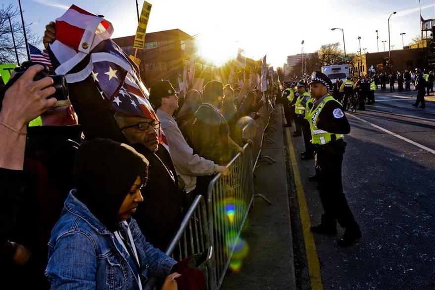 La Policía intervino para controlar la situacion en Chicago. (Foto Prensa Libre: AP).