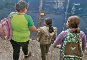 Autoridades piden no alarmarse por campañas falsas y recomiendan enviar a los niños a las escuelas.