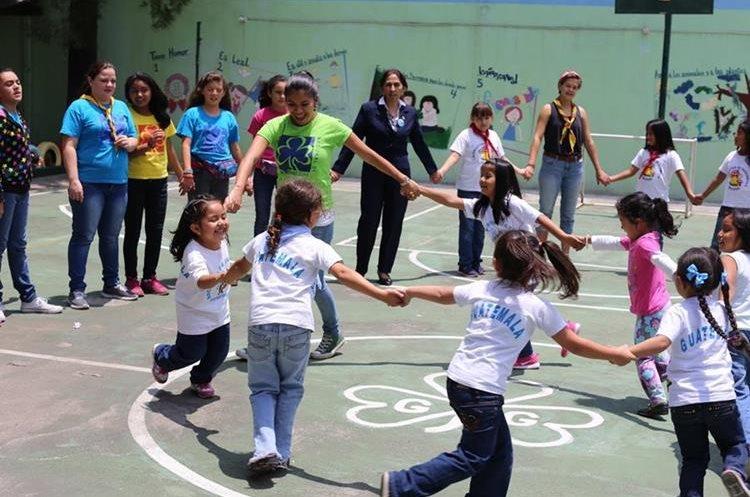 Las menores participan en distintas dinámicas para mejorar su autoestima. (Foto Prensa Libre: Cortesía).