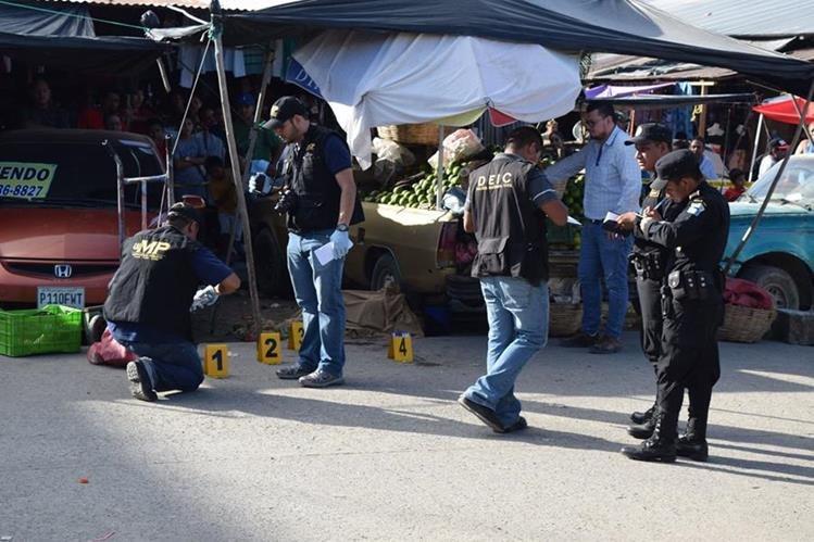 Fiscales del Ministerio Público recaban evidencias en el lugar del ataque armado. (Foto Prensa Libre: Dony Stewart)