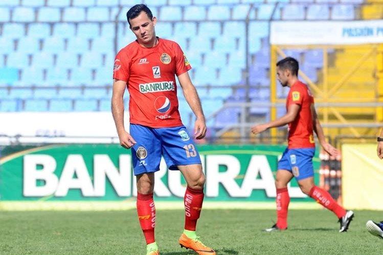 Frank de León falló una gran oportunidad de gol frente al arco. (Foto Prensa Libre: Jesús Cuque)