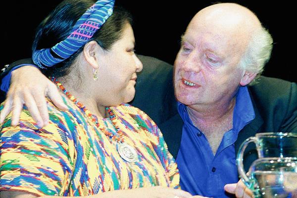 Rigoberta Menchú, Premio Nobel de la Paz en 1992, y Eduardo Galeano, durante una conferencia en Montevideo, Uruguay, en el 2000.