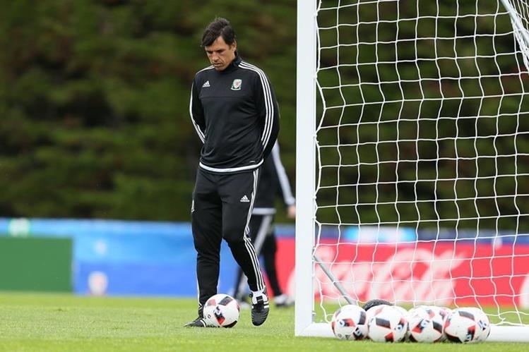 El técnico de Gales Chris Coleman durante el entrenamiento de su selección previo al juego contra Bélgica. (Foto Prensa Libre: AP)