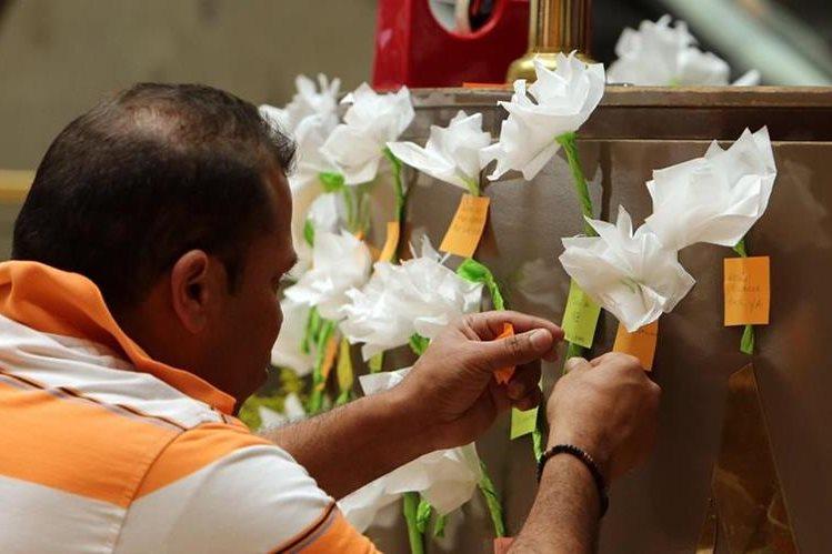 Un visitante al Centro Comercial Andino pone una flor y un mensaje en honor a las víctimas del atentado