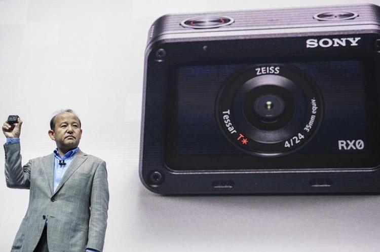 El presidente de Sony Europa, Shigeru Kumekawa, presenta la nueva cámara Sony RX0 durante la IFA, una de las mayores ferias de tecnología del mundo celebrada en Berlín, Alemania (Foto Prensa Libre: EFE).