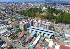 El complejo habitacional Histórico 1 se encuentra cerca del Cerrito del Carmen, rodeado otros tipos de viviendas. (Foto Prensa Libre: Álvaro Interiano)
