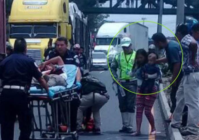 El bebé y su progenitora fueron trasladados al centro asistencial para un chequeo. (Foto Prensa Libre: Amílcar Montejo)