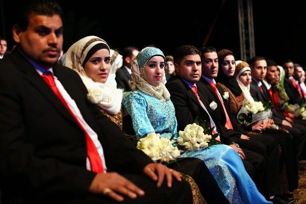 <p>Un grupo de novios palestinos espera para casarse en Jericó. (Foto Prensa Libre: EFE)</p>