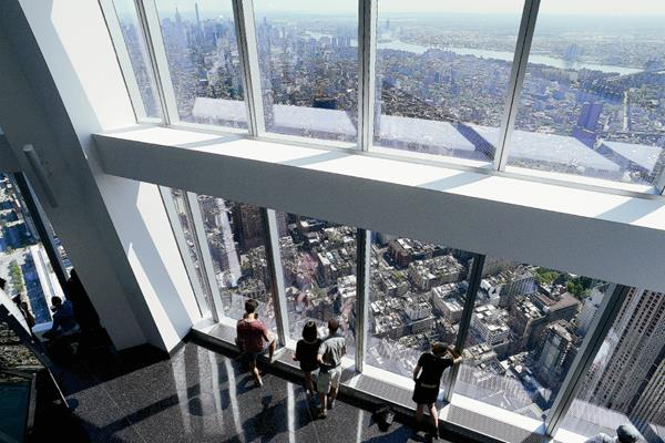 Los primeros turistas observan las vistas desde el nuevo observatorio del edificio One World Trade Center de Nueva York, Estados Unidos, abierto oficialmente al público hoy. (Foto Prensa Libre: EFE).