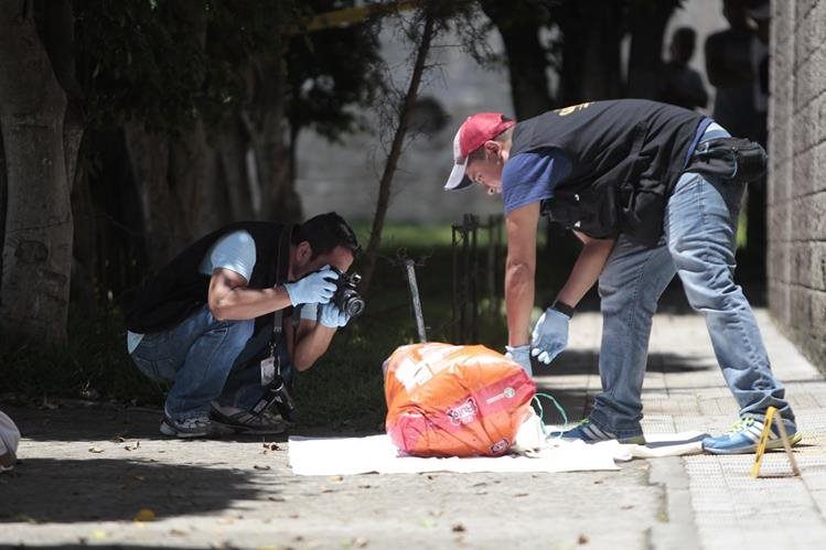 Peritos del MP recolectan evidencias en el lugar del hallazgo. (Foto Prensa Libre: Hemeroteca PL)