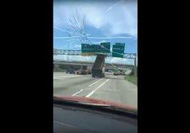 Un automovilista captó el momento en el que un camión destruye una señal de tránsito, en Houston, Texas, EE.UU. (Foto Prensa Libre: Youtube)