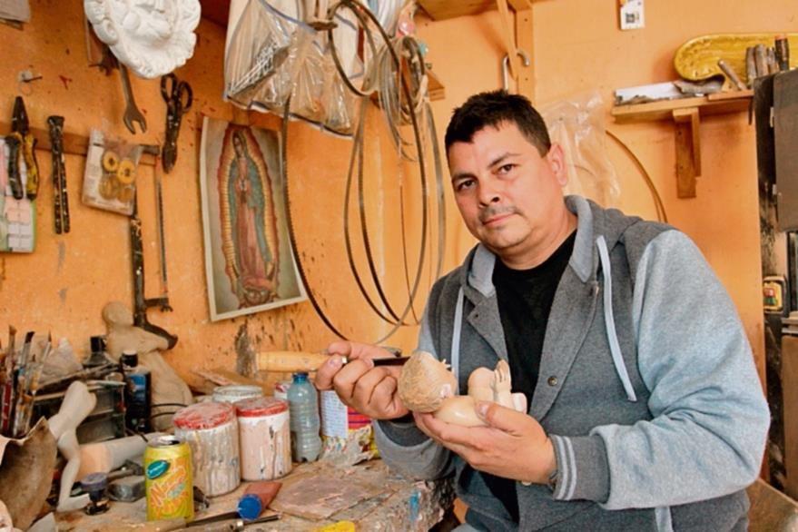 álex Narvaez  se dedica desde 1987 a la escultura, principalmente de Nazarenos.