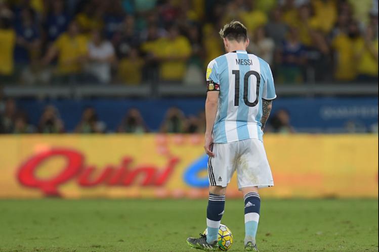 El astro argentino, Lionel Messi está preocupado por la situación que vive Argentina en el camino a Rusia 2018. (Foto Prensa Libre: AFP)