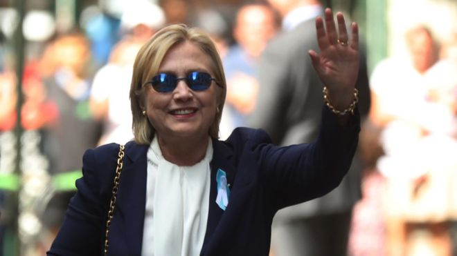 Clinton saluda a los fotógrafos al salir de la casa de su hija en Nueva York. AP