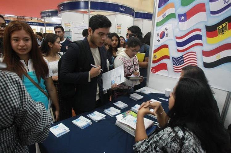 Decenas de estudiantes asistieron este viernes a la Feria de Becas en la sede del Inguat.(Foto Estuardo Paredes)