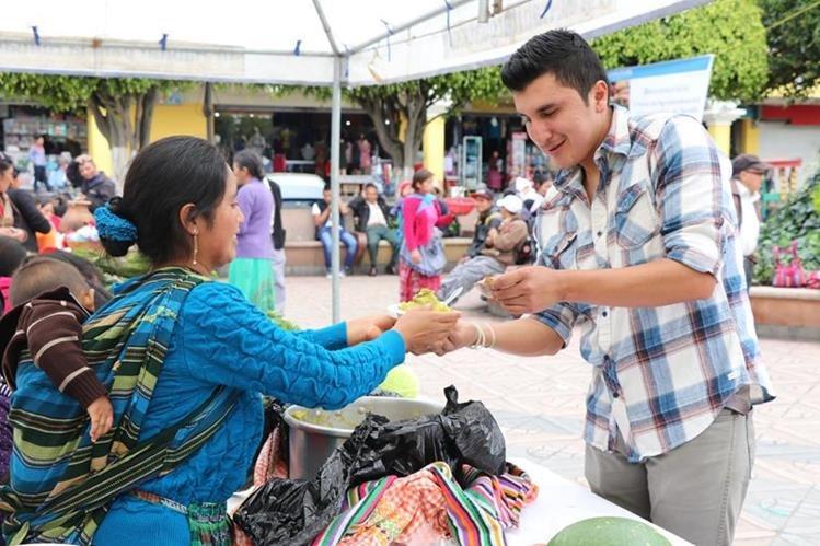 En la feria de biodiversidad, en Xela, los participantes tuvieron la oportunidad de comprar algunos alimentos hechos de maíz. (Foto Prensa Libre: María Longo)