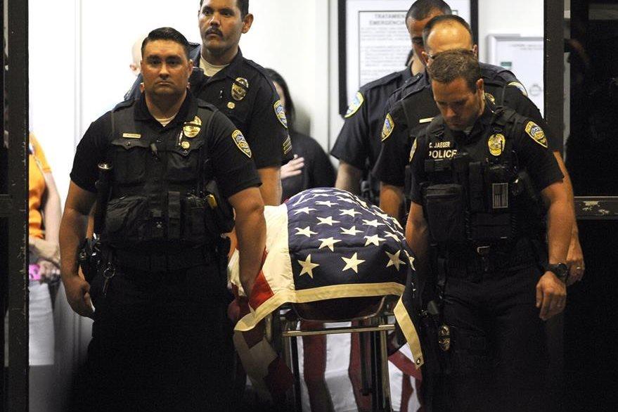 Agentes trasladan el féretro de uno de sus compañeros caídos en el cumplimiento de su deber. (Foto Prensa Libre: AP).