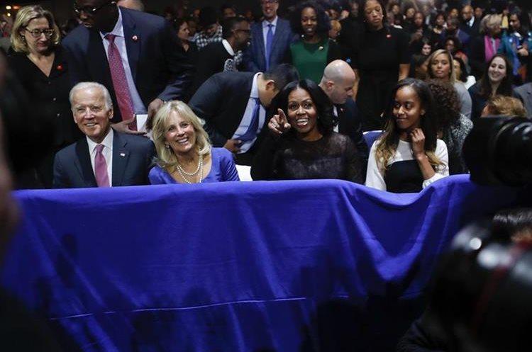 El vicepresidente Joe Biden y su esposa junto a Michelle Obama y su hija en la ceremonia.