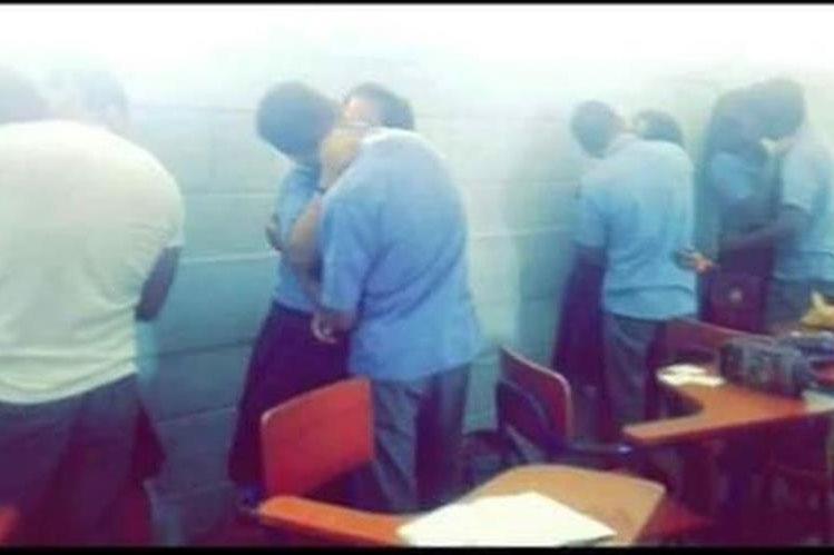 Momento en el que las cuatro parejas se besan en el INEB, en Flores, Petén. (Foto Prensa Libre: Tomada del Facebook Noticias de Petén).