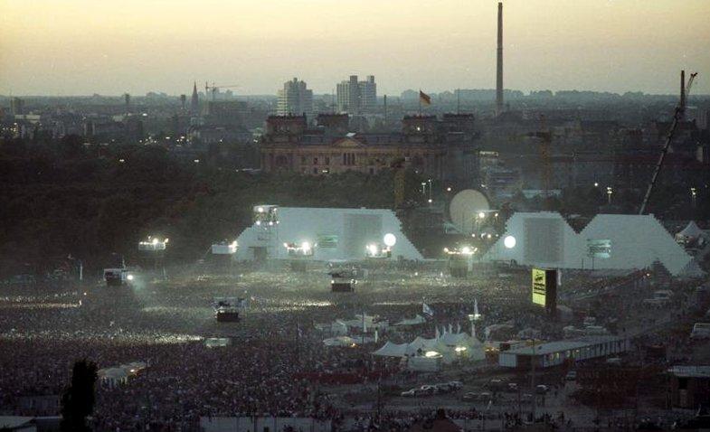 Panorámica del concierto cercano a la Puerta de Brandenburgo el 21 de julio de 1990. (Foto: Wikimedia Commons/ Archivo Federal de Alemania)