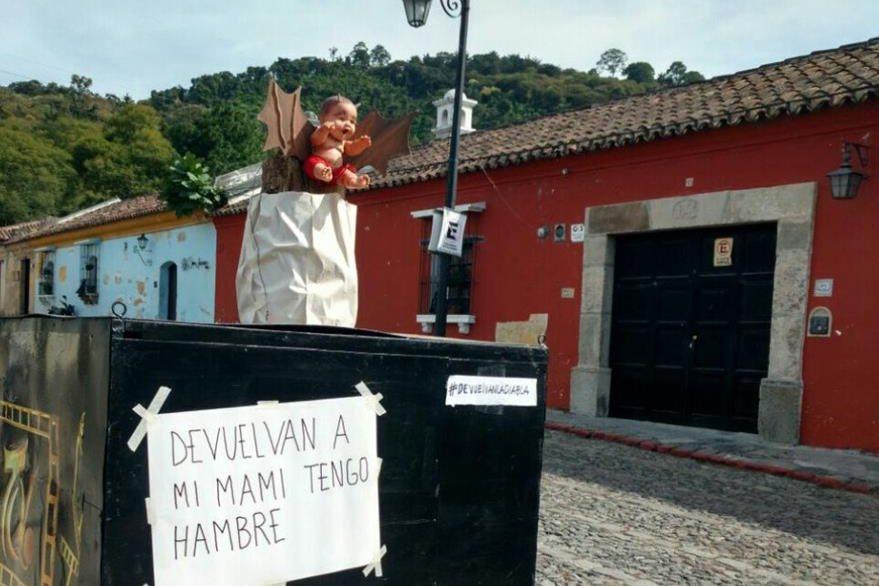 Pobladores colocaron otra efigie para mostrar su descontento. (Foto Prensa Libre: Miguel López).