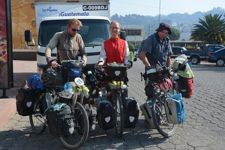 Los tres ciclistas extranjeros a su paso por la cabecera de Sololá. (Foto Prensa Libre: Édgar Sáenz).