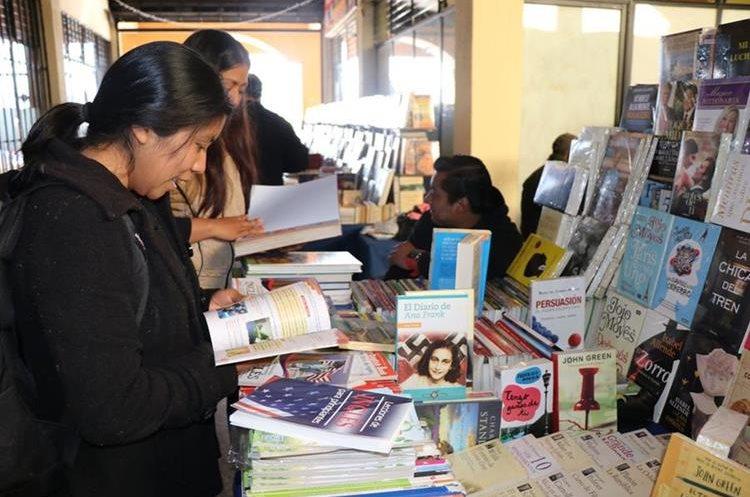 Grupos de amigos se han unido para crear clubes de lectura que han servido para fomentar el hábito de lectura en San Marcos. (Foto Prensa Libre: Whitmer Barrera)