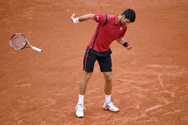 Novak Djokovic en el momento que lanza la raqueta y que estuvo cerca del golpear al juez. (Foto Prensa Libre: AFP).