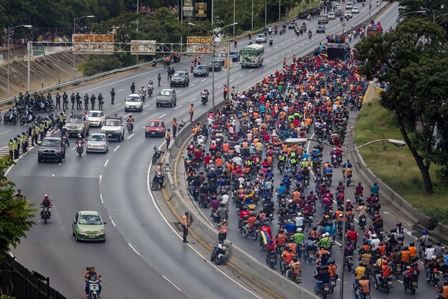 Chavistas toman una importante arteria de Caracas. (Foto Prensa Libre: EFE).