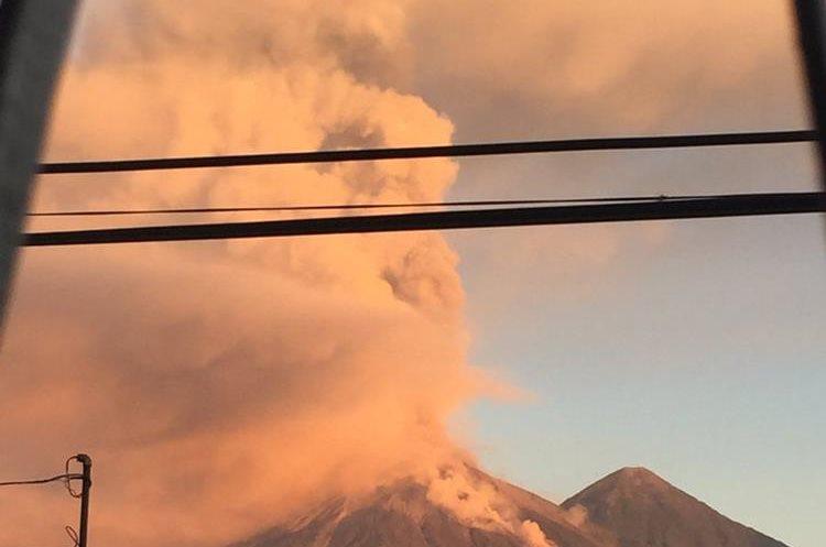 El humo y la ceniza expulsada por el Volcán de Fuego pintó de naranja el cielo de los guatemaltecos. (Foto Prensa Libre: Twitter Noe Morales)